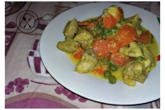 Pollo al curry con carote e piselli