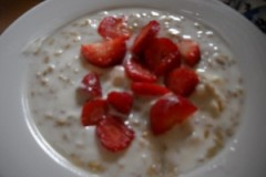 AVENA DECORTICATA CON YOGURT E FRAGOLE