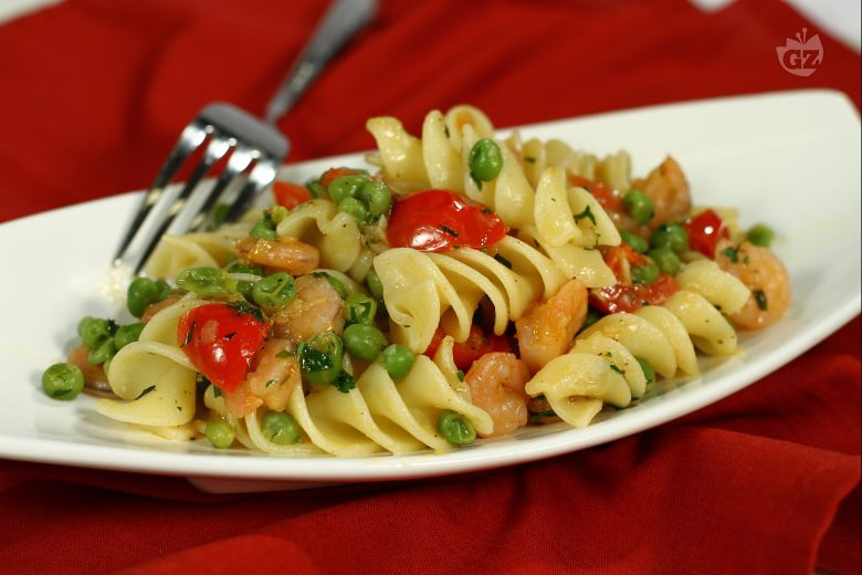 Fusilloni piselli, gamberetti e pomodorini