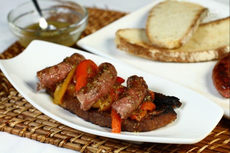 Crostone bruscato con luganega e peperoni affumicati