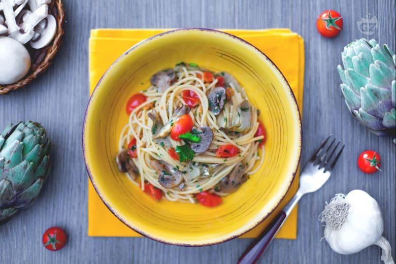 Spaghetti con funghi, carciofi e pomodorini