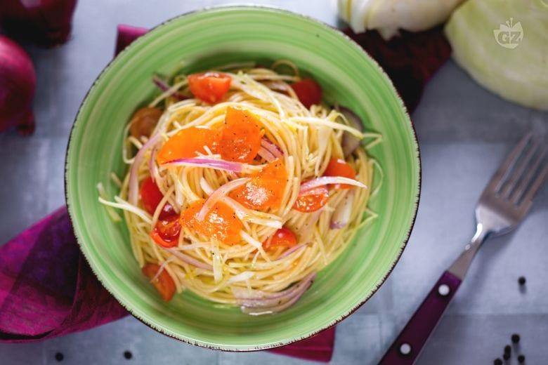 Insalata di spaghetti con uovo marinato