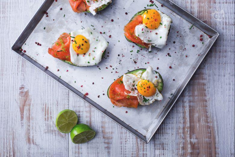 Avocado, uova e salmone
