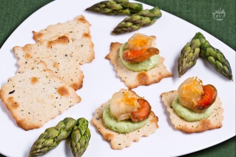 Sfoglie alle olive con capesante e crema di asparagi