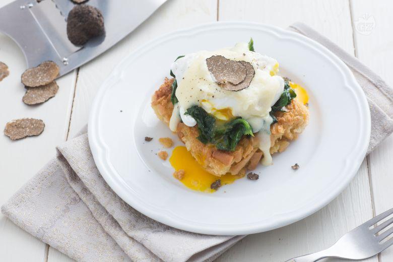 Uova alla benedict con tartufo e fonduta di tomino