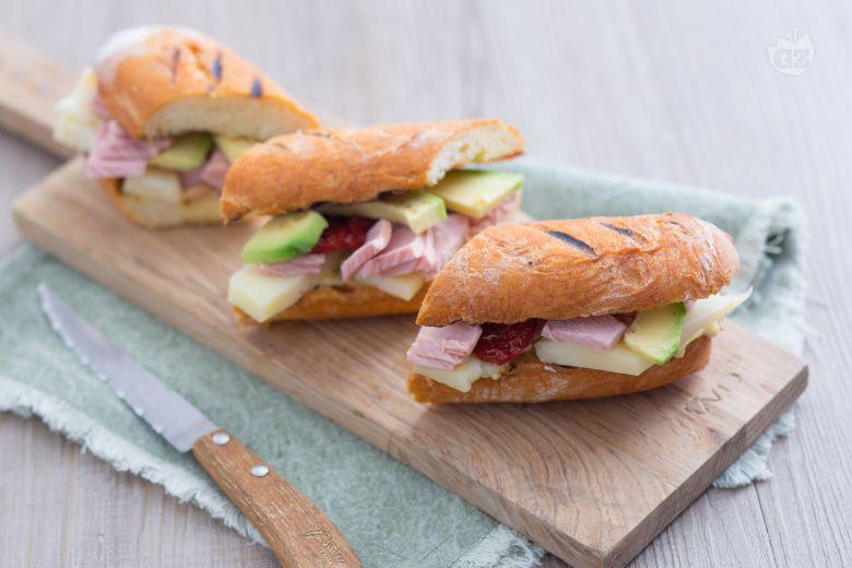 Bocconcini di pane con tonno e avocado