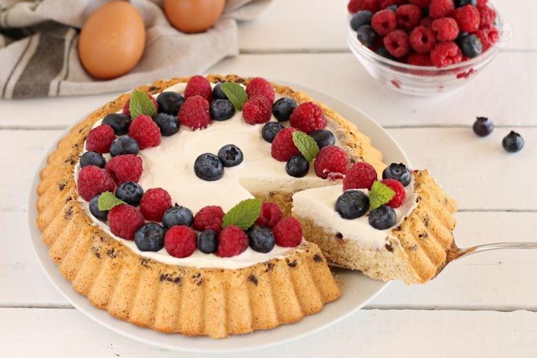 Torta morbida con yogurt e frutta