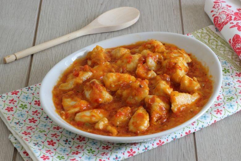 Bocconcini di pollo, peperoni e pomodori secchi