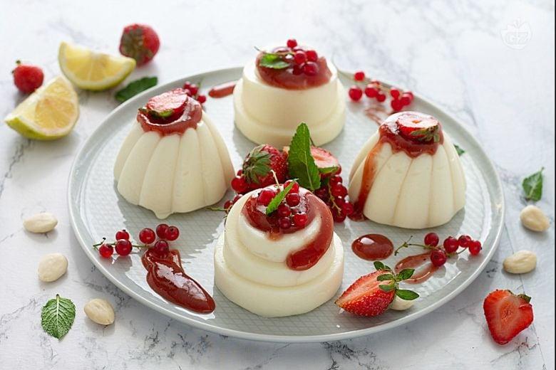 Budini di mandorle con confettura di fragole