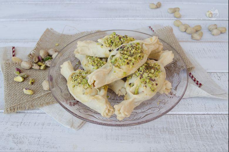 Caramelle di brisè con bresaola robiola e pistacchi