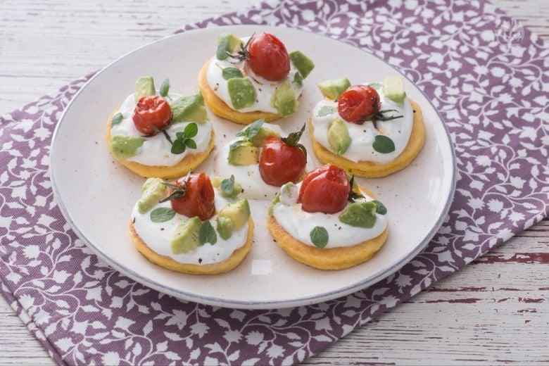 Blinis di mais con skyr, avocado e pomodorini arrosto