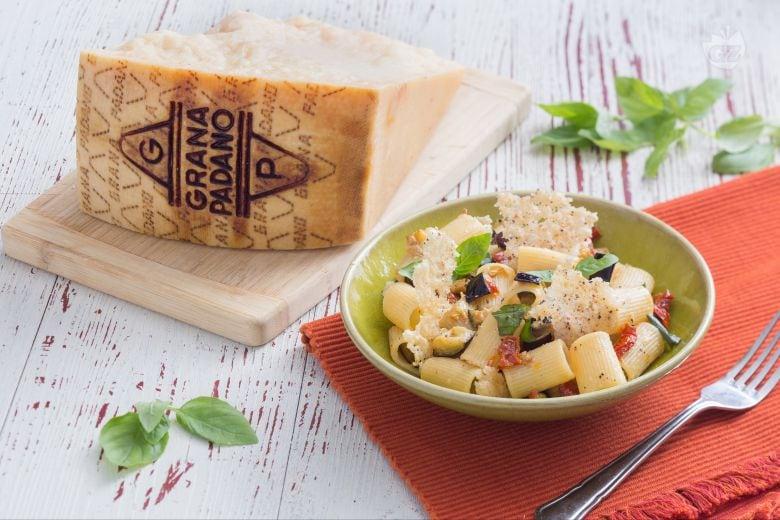 Pasta con melanzane e cialde di Grana Padano