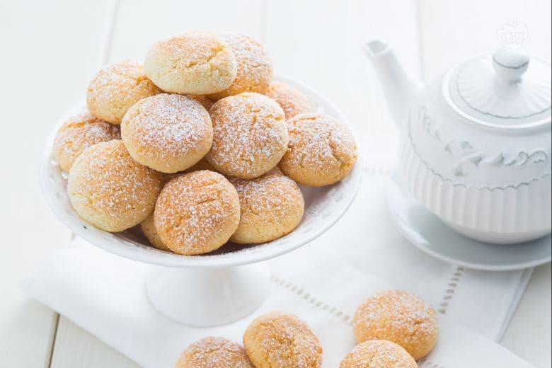 Biscotti al cocco con cuore di cioccolato bianco