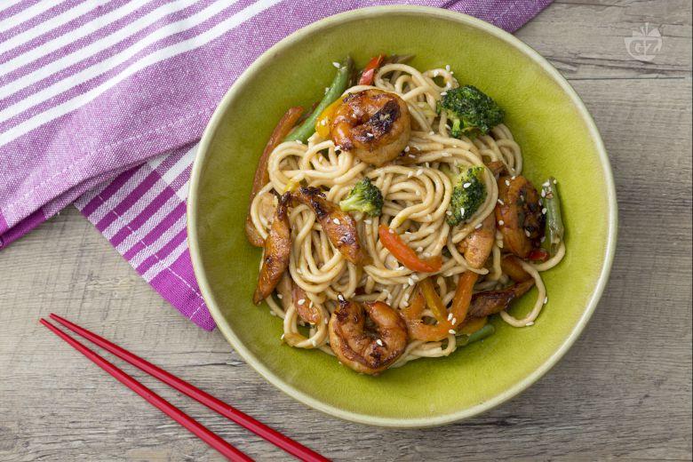 Noodles con pollo e gamberi