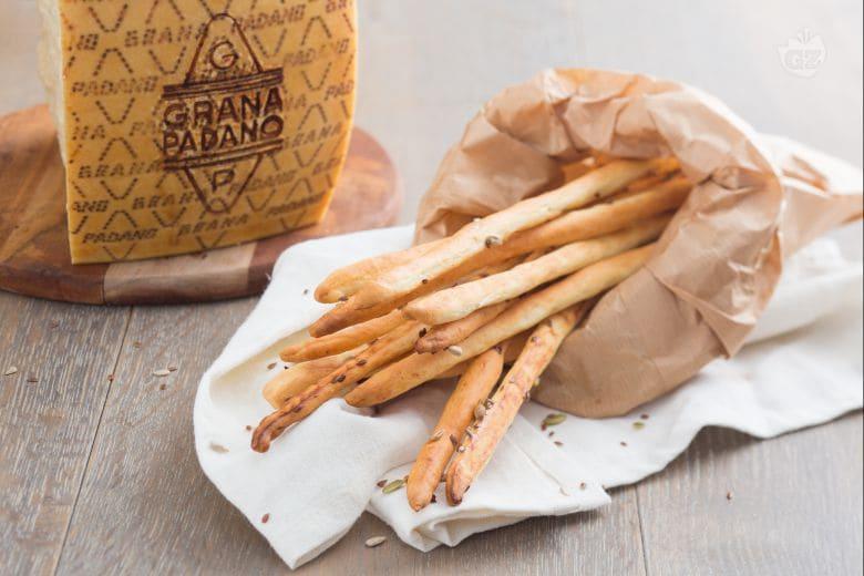 Ricetta Grissini Con Semi Di Zucca.Ricetta Grissini Al Grana Padano La Ricetta Di Giallozafferano