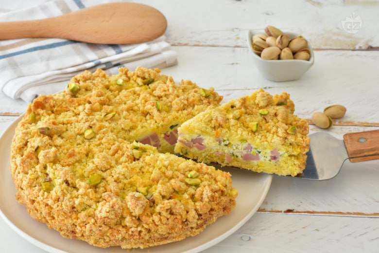 Sbriciolata salata con mortadella e pistacchi
