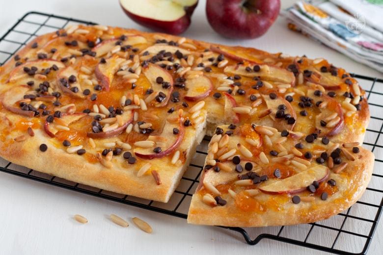 Focaccia dolce con mele, pinoli e cioccolato