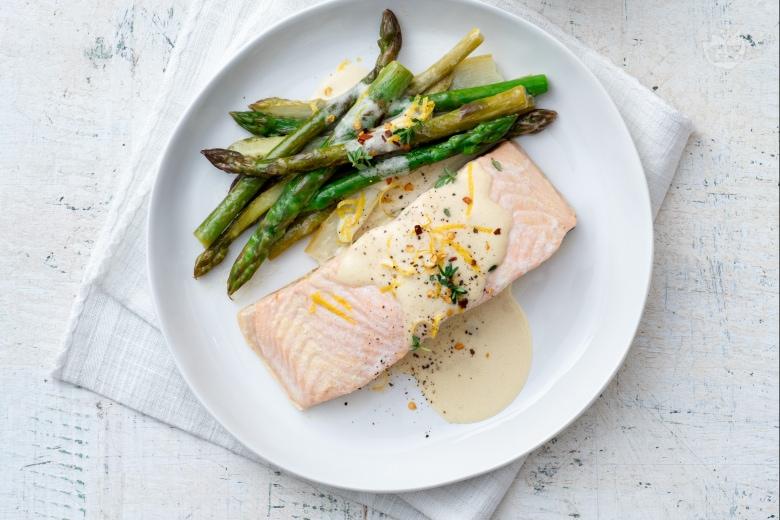 Tranci di salmone con asparagi e panna