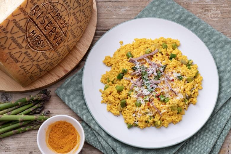 Risotto giallo con carne sfilacciata, asparagi e Grana Padano DOP