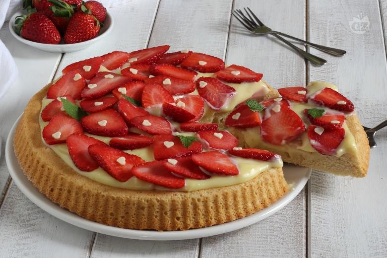 Crostata morbida con crema al cioccolato bianco e fragole