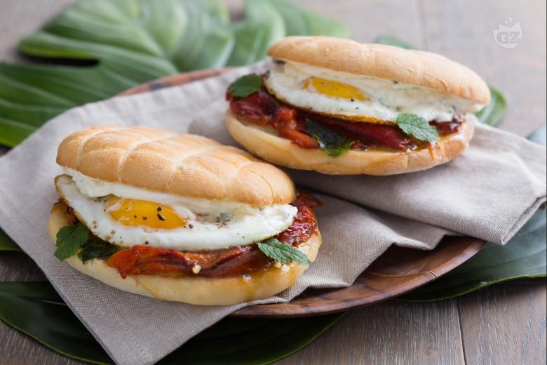Panino vegetariano con peperoni e uova