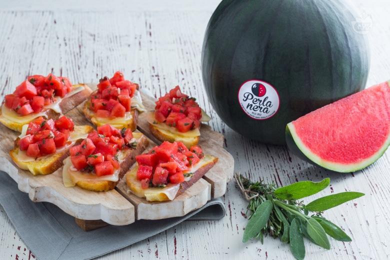 Crostino con anguria marinata e formaggio