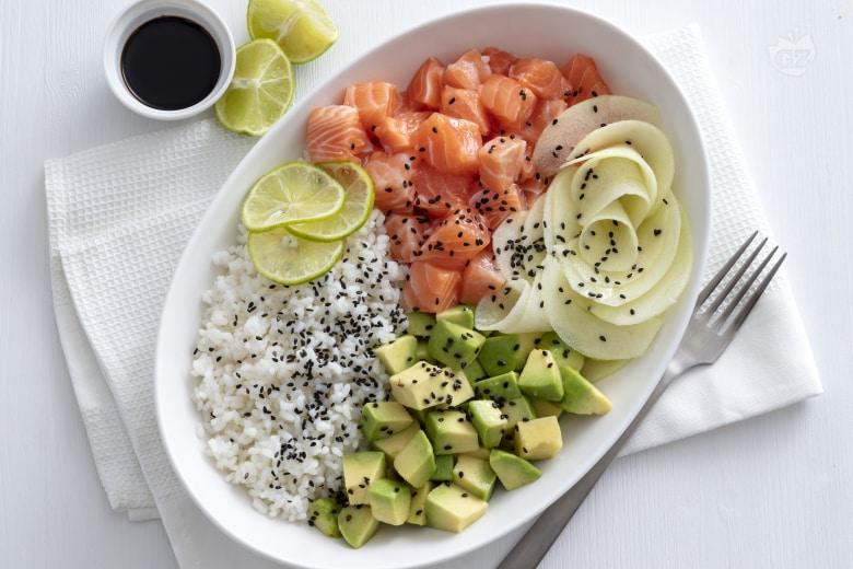 Poke bowl di salmone e frutta