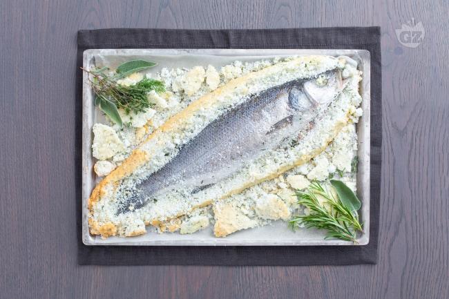 Ricette Pesce Orata Al Forno Sotto Sale.Ricetta Branzino Spigola Alle Erbe In Crosta Di Sale La Ricetta Di Giallozafferano