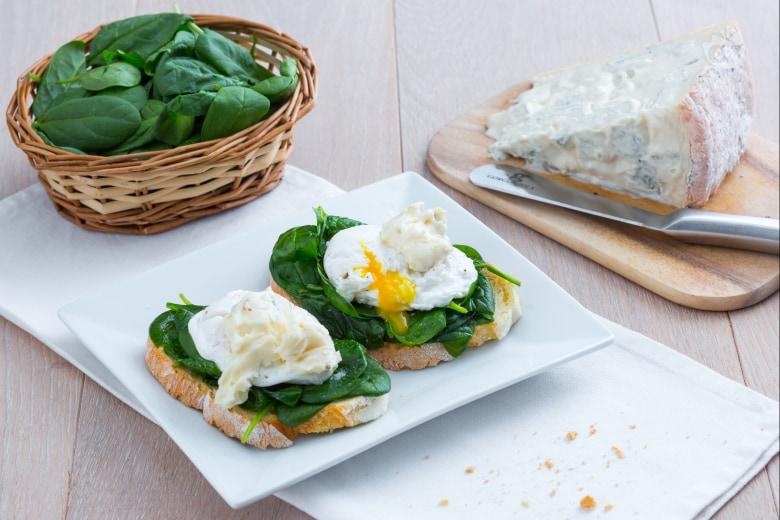Crostino con uovo poché