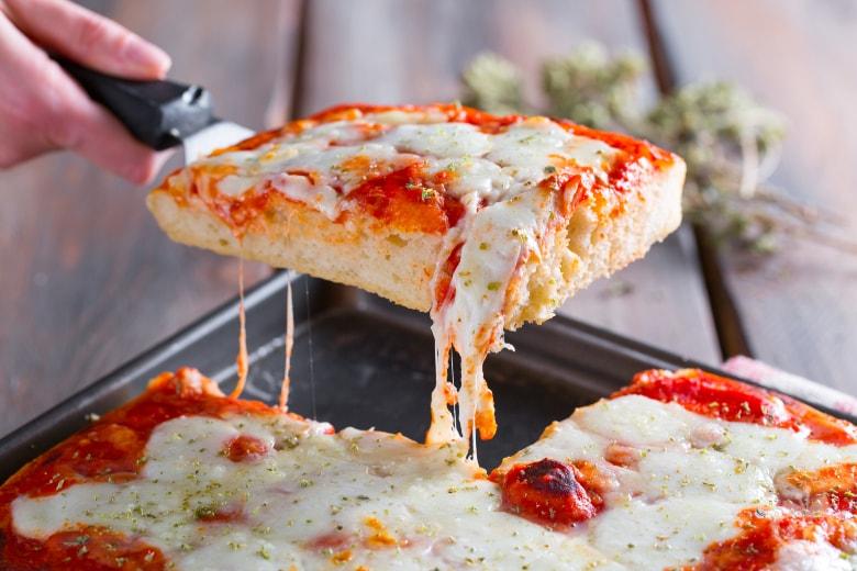 Pizza in teglia alta e morbida