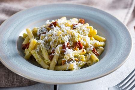 Pasta con pesto di zucchine, ricotta e pomodori secchi
