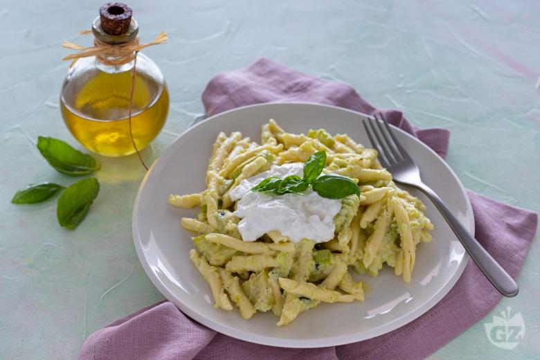 Pasta con crema di zucchine e burrata