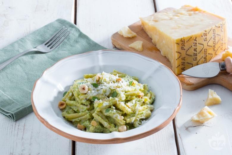 Pasta al pesto di nocciole, zucchine e Grana Padano