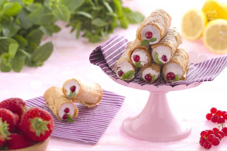 Cannoli di pasta fillo con meringa ai frutti rossi