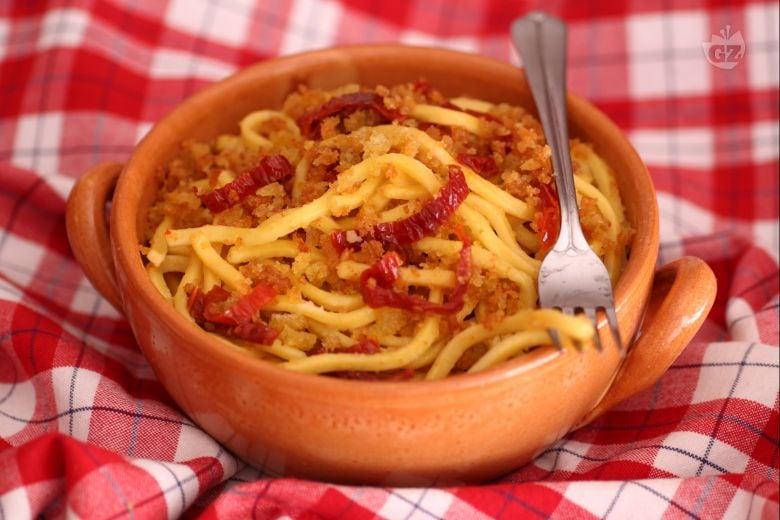 Troccoli con pomodori secchi, acciughe e mollica di pane croccante