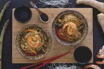 Spaghetti di soia con verdure e gamberi