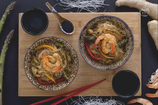 Ricetta spaghetti di soia con verdure e gamberi la for Ricette cinesi riso