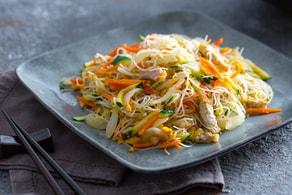 Spaghetti di riso con carne e verdure