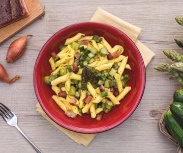 Garganelli al ragù di asparagi e zucchine