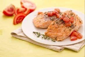 Trancio di salmone con pomodori e timo