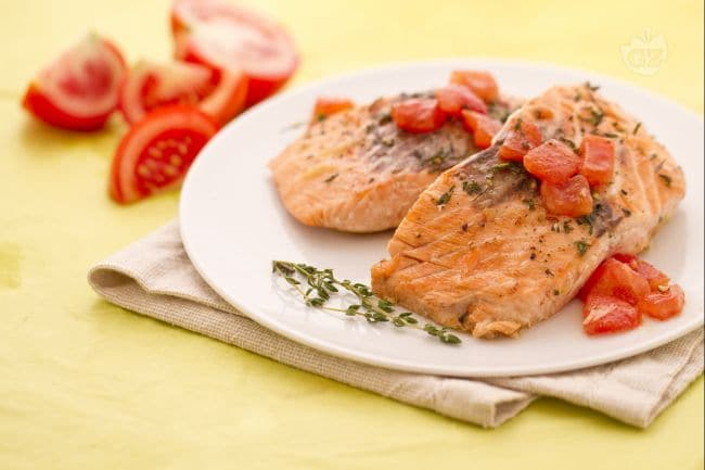 ricetta trancio di salmone con pomodori e timo la