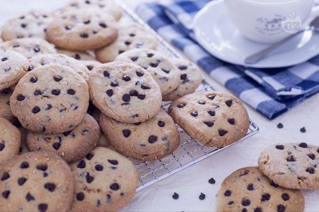 Cookies al latte condensato con nocciole e gocce di cioccolato