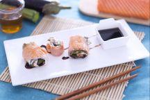Arrotolati di salmone ripieni di verdure e formaggio