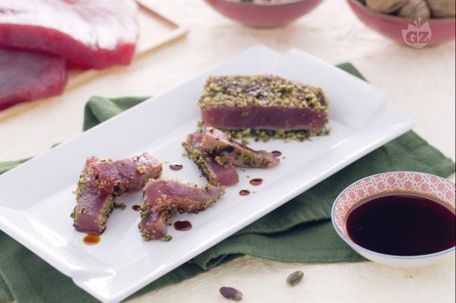 Filetto di tonno in crosta di noci e pistacchi