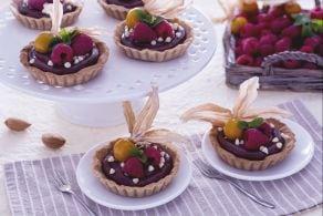Ricetta Crostatine al cacao con mandorle e crema al cioccolato