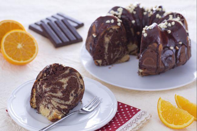 Ciambella marmorizzata al cacao e gocce di cioccolato