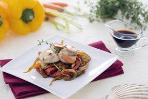 Ricetta Capesante su letto di cipolle caramellate con carote e peperoni alla soia