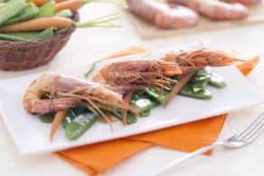 Gamberi saltati in salsa teriyaki con taccole e carotine