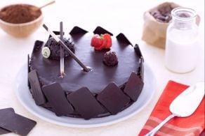 Torta glassata con crema diplomatica al cioccolato