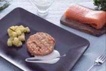 Burger di salmone con maionese senza uova e patate saltate